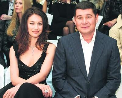 Александр Онищенко всегда в окружении красивых женщин. С актрисой Ольгой Куриленко...