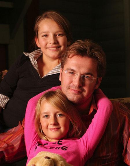 Александр Пономарев с дочерьми Зоей и Женей