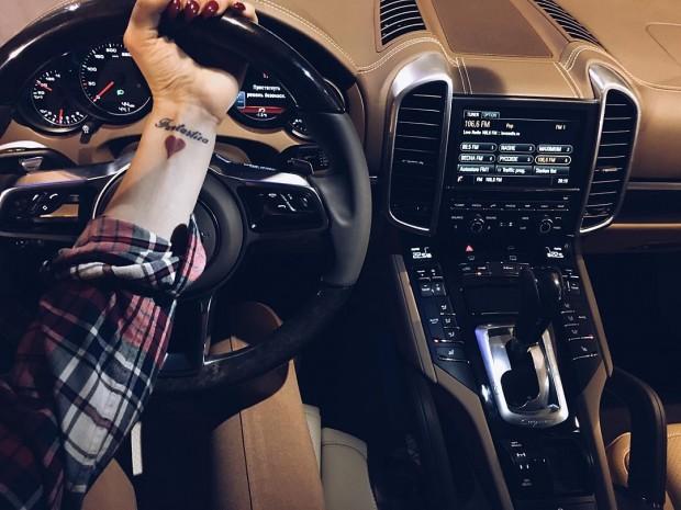Алена Водонаева в новом автомобиле Porsche Cayenne