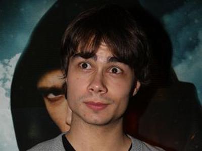Саша Рыбак на фоне героя фильма, к которому он записал песню