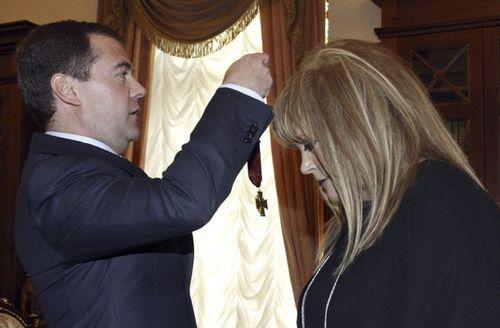 Президент России Дмитрий Медведев 15 апреля встретился с Аллой Пугачевой, поздравил ее с Днем рождения и наградил орденом «За заслуги перед Отечеством» III степени