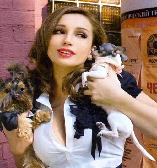 Анфиса Чехова с любимыми собачками