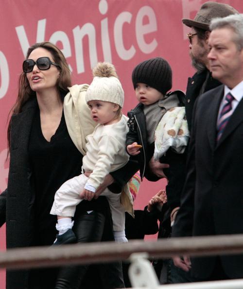 Анджелина Джоли и Брэд Питт с детьми в Венеции