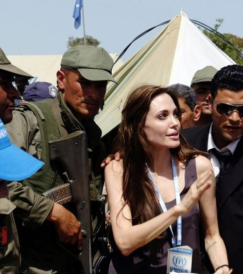 Анджелина Джоли на границе между Ливией и Тунисом, 5 апреля