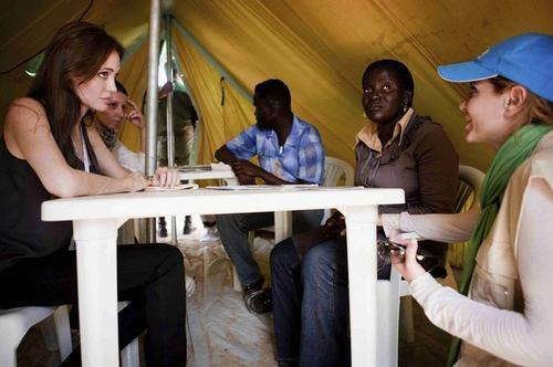Анджелина Джоли на границе между Ливией и Тунисом
