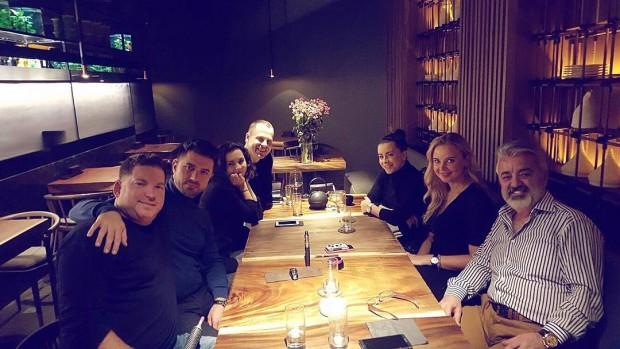 Ани Лорак с мужем и друзьями в киевмком ресторане
