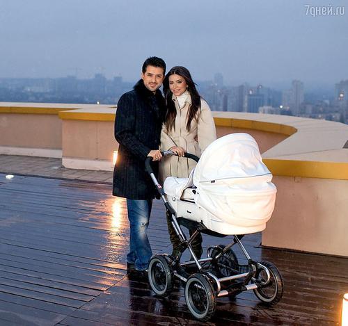 Ани Лорак с мужем и дочерью на крыше своего дома