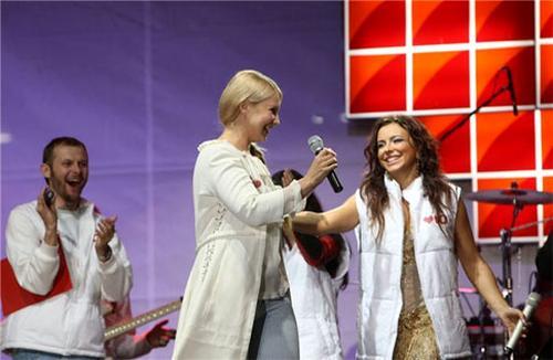 Ани Лорак принимает поздравления от Юлии Тимошенко прямо на сцене
