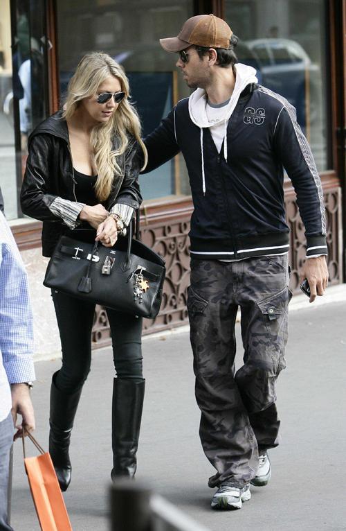 Анна Курникова и Энрике Иглесиас вышли из бутика Cartier на Елисейских полях в Париже, где выбирали кольца