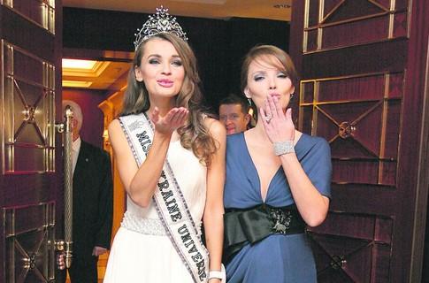 Победительница конкурса «Мисс Украина-Вселенная-2010» Анна Пославская и Александра Николаенко