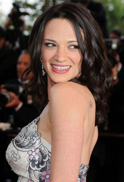 33-летняя итальянская актриса, сценаристка, режиссер и вообще очень талантливая, но скандальная особа Азия Ардженто