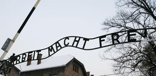"""Вывеска со словами """"Arbeit macht frei"""" (""""Труд освобождает"""") над входом в Аушвиц"""