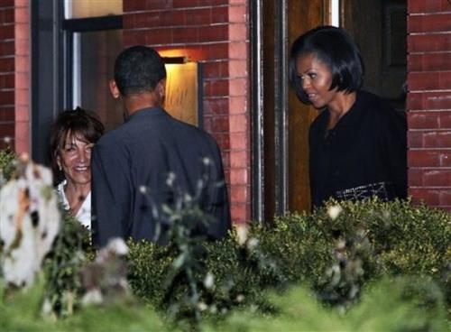 Барак и Мишель Обама после ужина в ресторане