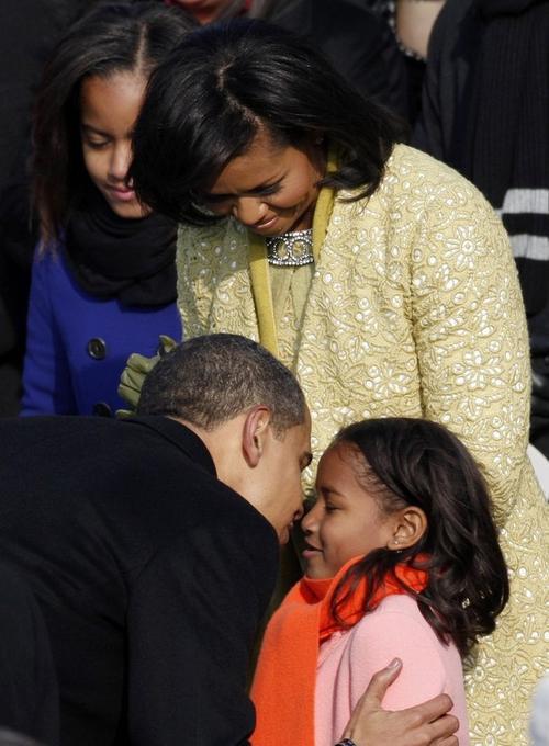 Вся дружная семья: Барак Обама, его супруга Мишель, старшая дочь Малиа и младшенькая Саша