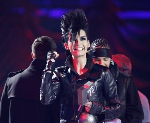 "Немецкий коллектив Tokio Hotel назван ""группой года"". Солисту группы Биллу Каулитцу вручили премию MTV Europe Music Awards 2009"