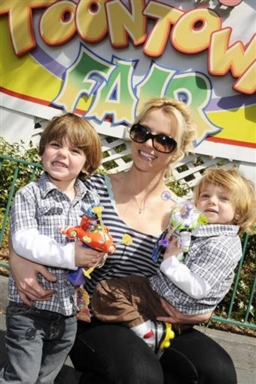 Бритни Спирс с сыновьями: Престон (слева) и Джейден Джеймс (справа)