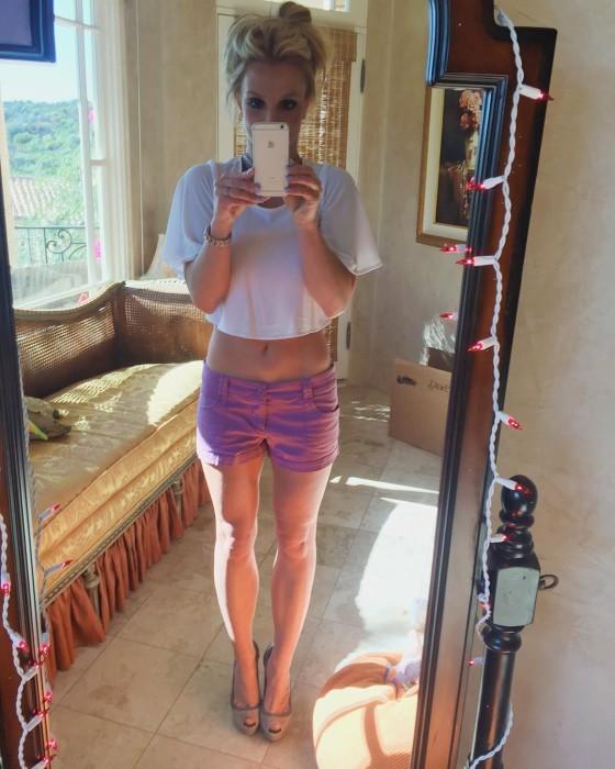 Бритни Спирс в шортах и топе