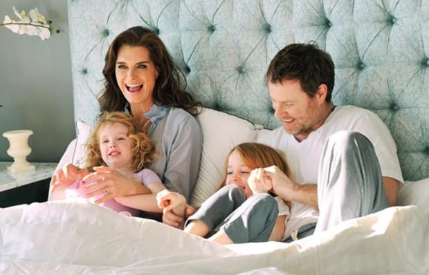 Брук Шилдс с Крисом Хенчи и дочерьми