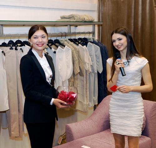 Валерия Фелиз (справа) рассказывает о бутике