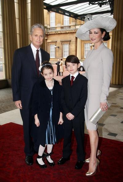 Майкл Дуглас и Кэтрин-Зета Джонс с детьми - Диланом и Кэйрис