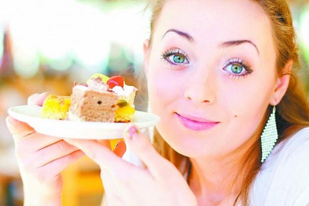 Девушка с тортиком