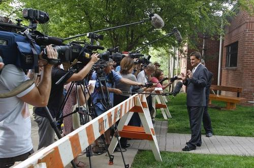 Адвокат Чарли Шина комментирует инцидент журналистам