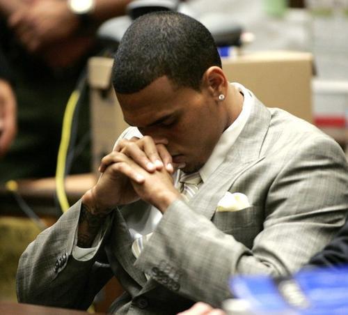 Крис Браун слушает обвинения в зале суда