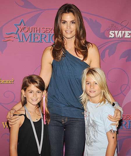 Синди Кроуфорд с детьми. Блондинка справа - старшая дочь Пристли, брюнетка слева - Кейя