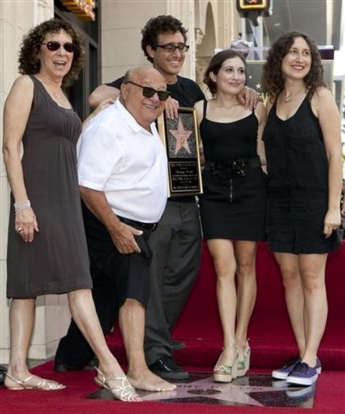 Денни Де Вито с супругой Реа Перлман и тремя детьми