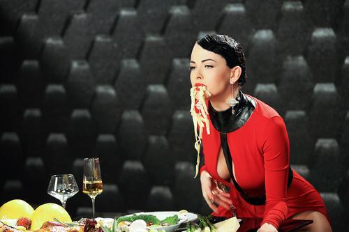 Даша Астафьева в клипе на песню «Искусаю»