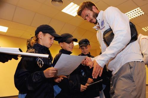 Дэвид Бекхэм 9 октября в Днепропетровске раздавал автографы поклонникам