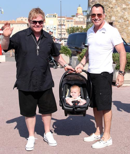 Элтон Джон и Дэвид Ферниш со своим сыном