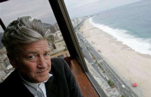 Дэвид Линч позирует фотографам после пресс-конференции в Рио-де-Жанейро