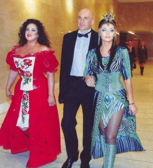 Руслана Писанка в корсете от Дианы Дорожкиной, и дизайнер с мужем Сергеем Кулебой