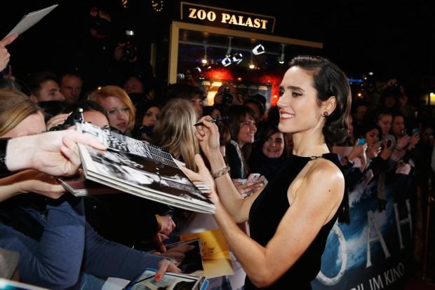 дженнифер коннели раздает автографы на премьере картины Ной