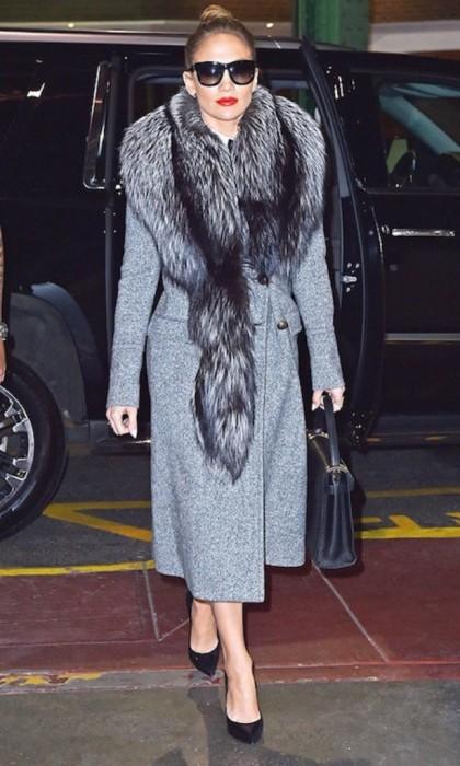 Дженнифер Лопес в шерстянном пальто с воротником