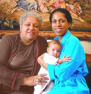 Елена Ханга с мамой Лили и дочкой Лизой, 2002 год