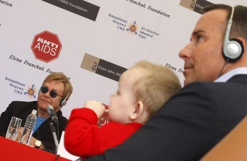Элтон Джон и Дэвид Ферниш с украинским мальчиком Левом