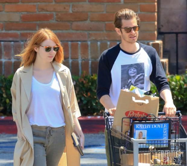 эмма стоун и эндрю гарфилд в малибу выходят из супермаркета