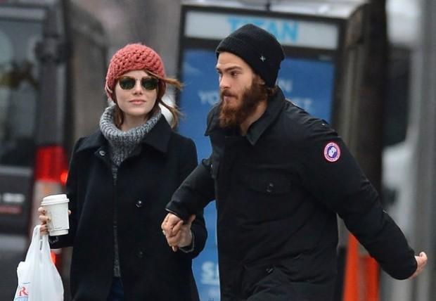 Эмма Стоун и Эндрю Гарфилд в зимней одежде