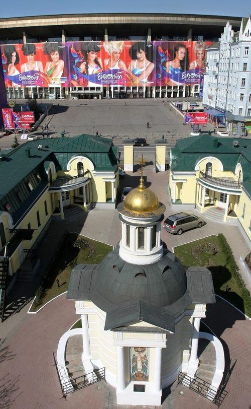 """Cпорткомплекс """"Олимпийский"""" на фоне золотых московских куполов"""