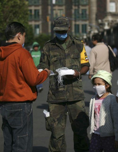В Мехико военные раздают людям марлевые повязки, чтобы предотвратить эпидемию гриппа