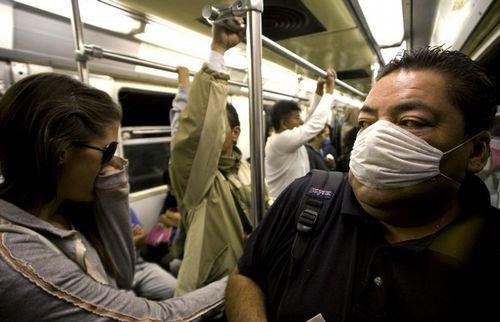 Жители Мехико напуганы, в метро все одевают марлевые повязки
