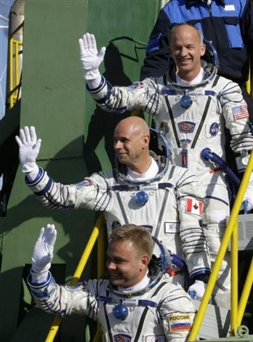 Ги Лалиберте (по центру) отправился в космос в компании россиянина Максима Сураева (внизу) и астронавта НАСА Джеффри Уильямса (вверху)