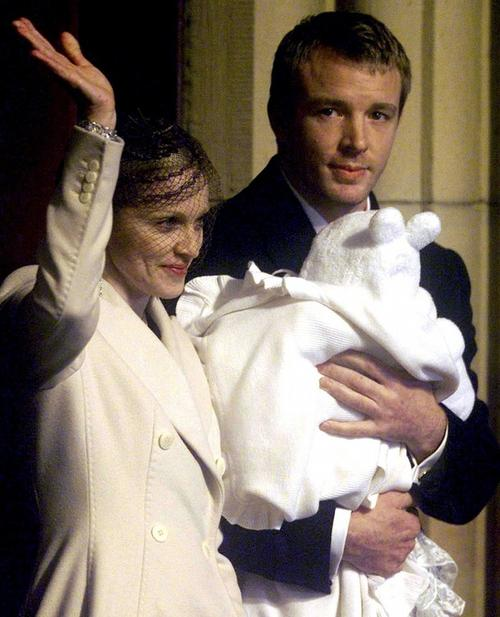 Мадонна и Гай Ричи после крещения их 4-месячного сына Рокко в декабре 2000 года