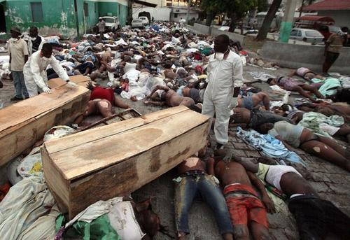 Тела погибших лежат под открытым небом при 30-градусной жаре