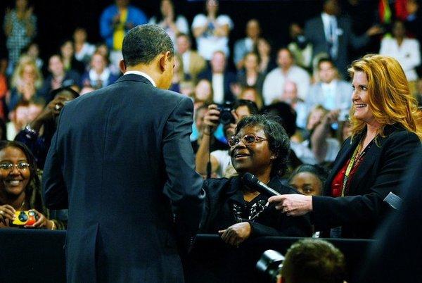 Обама поцеловал попросившую о помощи бездомную американку