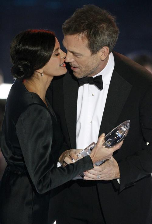 """Звезда сериала """"Доктор Хоус"""" Хью Лори целуется со звездой сериала """"Отчаянные домохозяйки"""" Тери Хатчер"""