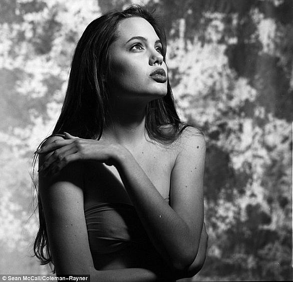 В сети появились снимки 16-летней Анджелины Джоли.