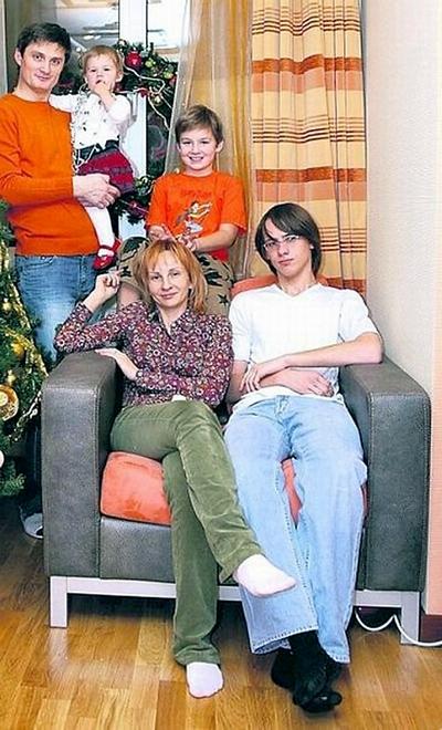 Игорь Кондратюк с супругой и детьми